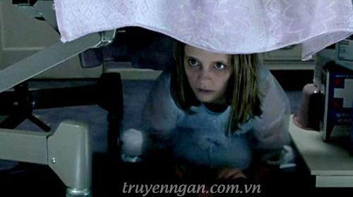 tìm con ma dưới gầm giường
