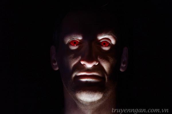 người đàn ông với đôi mắt đỏ