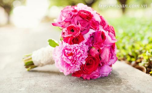 Phương thở dài, bó hoa lặng lẽ trên bàn